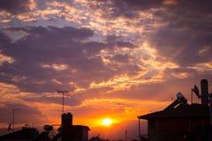 Dramatisk solnedgånghimmel med den färgade apelsinen och blått fördunklar Royaltyfria Bilder