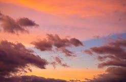 Dramatisk solnedgånghimmel på färgrik skymning arkivbilder