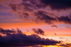 Dramatisk solnedgånghimmel på färgrik skymning arkivbild