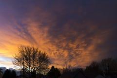 Dramatisk solnedgånghimmel som reflekterar av av stormmoln som att närma sig n Arkivbild