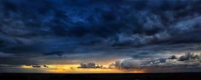 Dramatisk solnedgångpanorama royaltyfria foton
