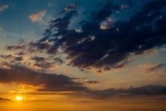 Dramatisk solnedgångsoluppgånghimmel med mörker - blått fördunklar Arkivbilder