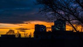 Dramatisk solnedgång med stadskonturer Royaltyfri Foto