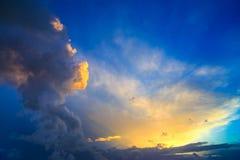 Dramatisk solnedgånghimmel med guling-, blått- och apelsinåskvädercl Royaltyfria Bilder