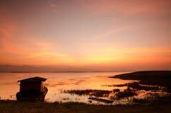 Dramatisk soluppgång över bambuflotten Arkivbild
