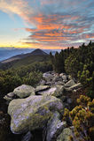 Dramatisk soluppgång över bergen royaltyfri foto