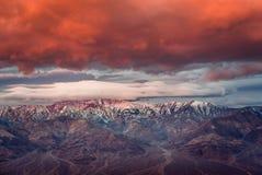 Dramatisk soluppgång på berget i den Death Valley nationalparken Arkivbilder