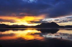 Dramatisk soluppgång på sjön - Lago - Maggiore, Italien Royaltyfri Bild