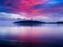 Dramatisk soluppgång på stranden! Royaltyfri Bild