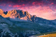 Dramatisk sommarsolnedgång i Italien fjällängar, Tre Cime Di Lavaredo, Dolo Arkivfoto