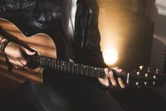 Dramatisk stående av en man som spelar en gitarr gitarrist royaltyfri fotografi
