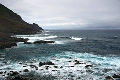 Dramatisk stenig kust Arkivbilder