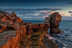 Dramatisk stenig kustlinje i Portland, Dorset England Arkivbilder