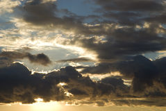 Dramatisk stormig himmel för gryning Royaltyfri Bild