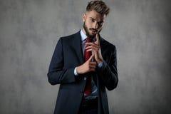 Dramatisk ung affärsman som gör en gest, genom att gnida hans händer tillsammans royaltyfri fotografi