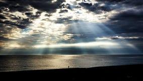 Dramatisk väderbild av solstrålhimmel royaltyfri fotografi