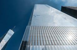 Dramatisk vertikal sikt av Freedom Tower på platsen av ground zero, New York City, USA fotografering för bildbyråer