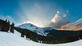 Dramatisk vintersolnedgångtimelapse med moln och insnöat den härliga bergiga terrängen stock video