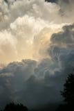 Dramatiska åskvädermoln framkallar direkt uppe i luften i sydliga Kansas Royaltyfri Bild