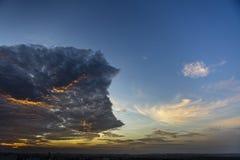Dramatiska aftonhimmel och moln Arkivfoton
