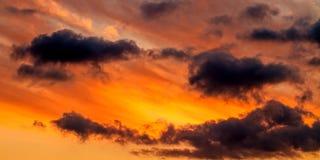 Dramatiska Autumn Sunset Sky royaltyfri foto