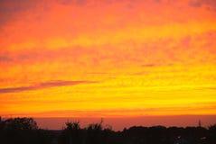Dramatiska färger av solnedgången över himlen Arkivbild