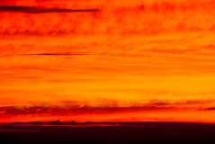 Dramatiska färger av solnedgånghimmel i avståndet Arkivfoto