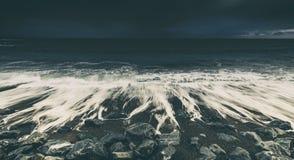 Dramatiska havvågor som kraschar på Rocky Beach Arkivfoton
