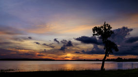 Dramatiska himlar i solnedgång Arkivbilder