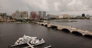Dramatiska himlar snurrar över West Palm Beach, som en storm passerar stock video