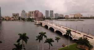 Dramatiska himlar snurrar över West Palm Beach, som en storm passerar arkivfilmer