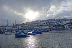 Dramatiska himmel och fartyg Brixham härbärgerar hamnen Devon England Arkivfoto