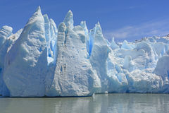 Dramatiska isbildande på tån av en glaciär Royaltyfri Foto