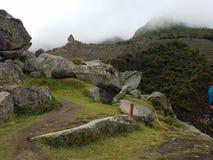 Dramatiska Machu Picchu i molnen arkivbild
