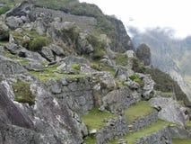 Dramatiska Machu Picchu i molnen arkivfoton