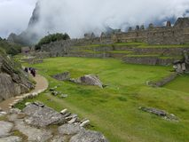 Dramatiska Machu Picchu i molnen fotografering för bildbyråer