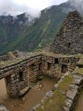 Dramatiska Machu Picchu i molnen royaltyfria foton