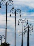 Dramatiska moderna streetlights fodrar den huvudsakliga kust- gatan i Havana Cuba Arkivbilder