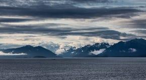 Dramatiska moln över alaskabo berg Royaltyfria Bilder
