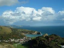 Dramatiska moln över den Lulworth lilla viken, Dorset, UK royaltyfri fotografi
