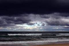Dramatiska moln över havbakgrund fotografering för bildbyråer
