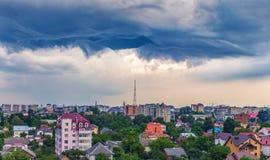 Dramatiska moln över staden Royaltyfri Fotografi