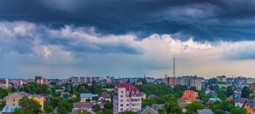 Dramatiska moln över staden Fotografering för Bildbyråer