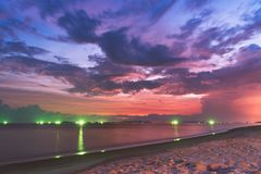 Dramatiska moln efter solnedgång i Rayong Royaltyfria Bilder