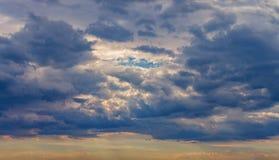 Dramatiska moln för panoramabakgrundshimmel Arkivbild