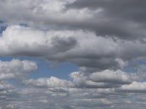 Dramatiska moln i himlen, molniga himlar med dimmig ogenomskinlighet Arkivfoton