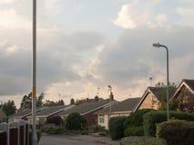 Dramatiska molniga vita himlar ovanför byplats i den England durinen Royaltyfri Bild