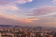 Dramatiska purpurfärgade himmel och moln över Kuala Lumpur stadsmitt Royaltyfri Foto