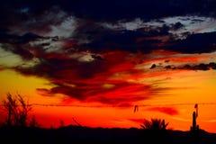 Dramatiska solinställningshimlar i den Apache föreningspunkten och Mesa Area Fotografering för Bildbyråer