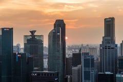 Dramatiska solnedgånghimmel och moln över Singapore Royaltyfri Bild